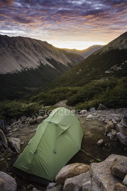 Zelt in der Berglandschaft bei Sonnenaufgang, Nahuel Huapi Nationalpark, Rio Negro, Argentinien — Stockfoto