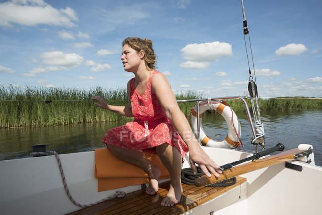 Женщина на лодке в районе фризских озеро в винтажном платье, снек, Фрисландии, Нидерланды — стоковое фото