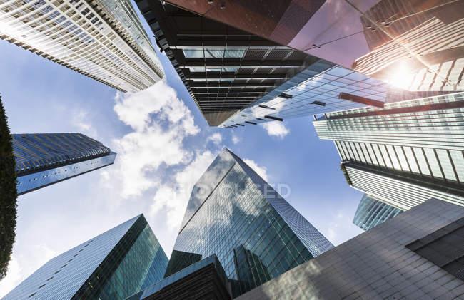 Vista de ángulo bajo de los rascacielos del distrito financiero, Singapur, sudeste asiático - foto de stock