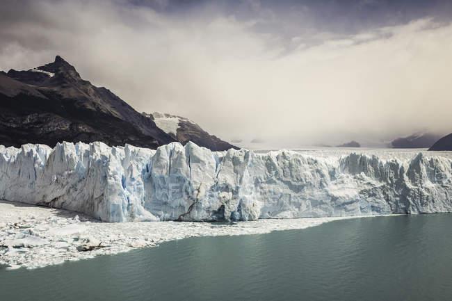 Nube di tempesta sul Lago Argentino e sul ghiacciaio Perito Moreno nel Parco Nazionale Los Glaciares, Patagonia, Cile — Foto stock
