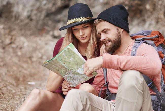 Пара, дивлячись на карту, Краків, Malopolskie, Польща, Європа — стокове фото