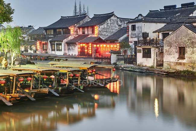 Човни на водний шлях і традиційні будівлі, Xitang Zhen, Чжецзян, Китай — стокове фото