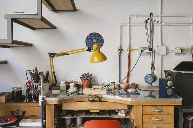 Оборудование и инструменты для ювелирного производства на стенде ювелирного цеха — стоковое фото