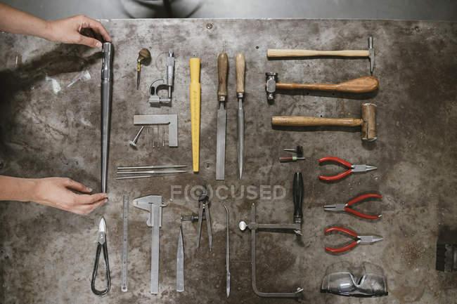Вид зверху жіночий ювелір покладання рук інструменти workbench — стокове фото