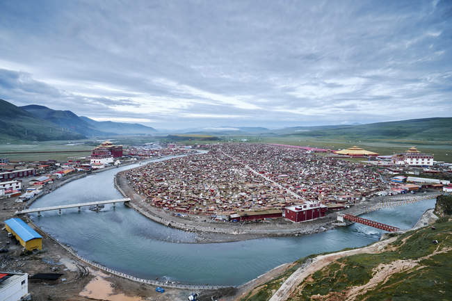 Erhöhte Aussicht auf Fluss- und Talstadt, baiyu, Sichuan, China — Stockfoto