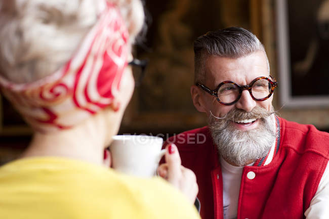 Stilvolles Seniorenpaar entspannt in Bar — Stockfoto