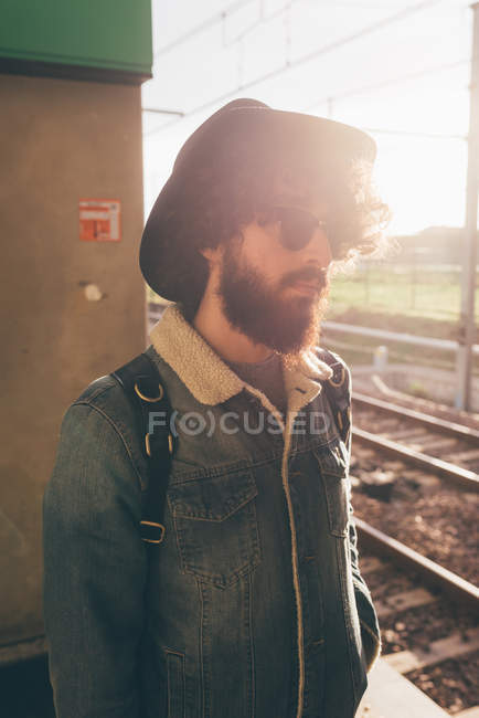 Young man standing on train platform — Stock Photo