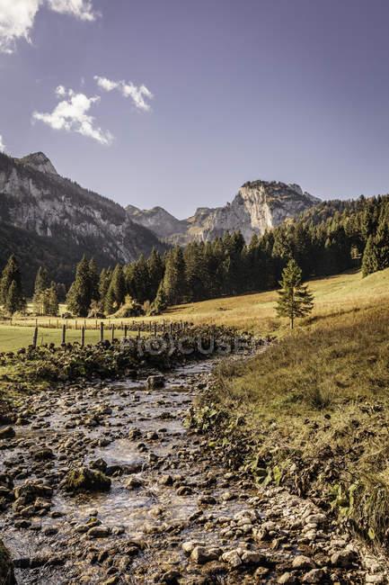 Paysage avec la vallée du fleuve et les montagnes, Bavière, Allemagne — Photo de stock