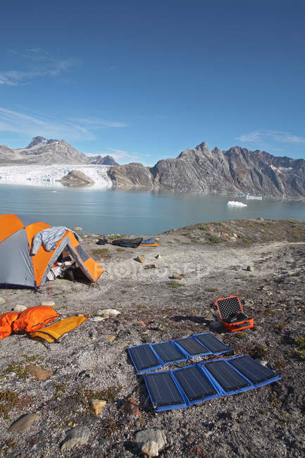 Petit camping orange dans un paysage rocheux glaciaire — Photo de stock