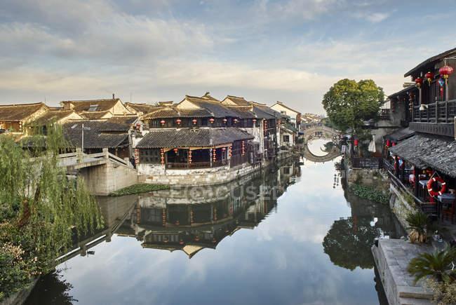 Вид на водних шляхах і традиційні будівлі, Xitang Zhen, Чжецзян, Китай — стокове фото