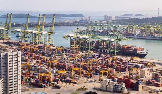 Высокий обзор контейнерного терминала, кранов и контейнерных судов, Сингапур, Юго-Восточная Азия — стоковое фото