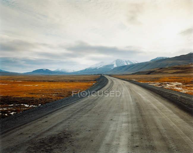 Пустые дороги, ведущей к красивой удаленных гор в пасмурный день — стоковое фото
