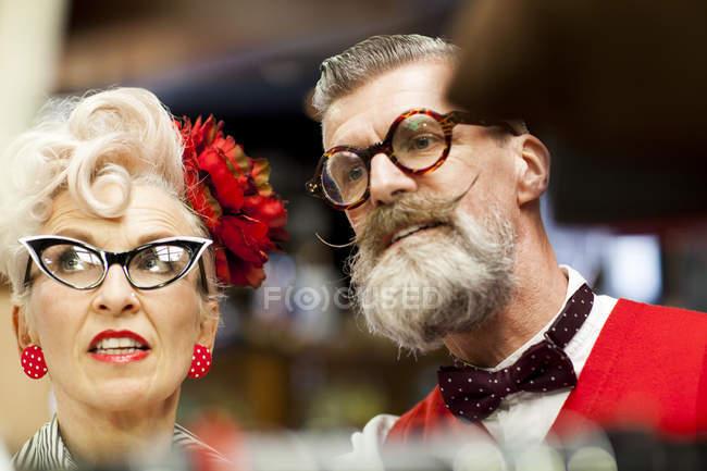 Eccentrico vintage coppia shopping in antiquariato emporio — Foto stock