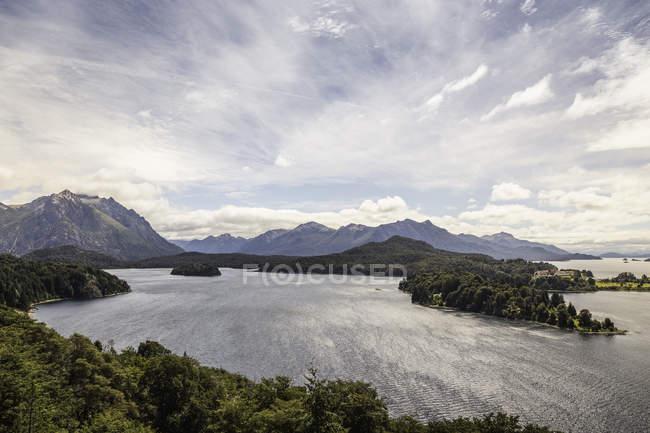Paisagem vista do lago e montanhas, Parque Nacional Nahuel Huapi, Rio Negro, Argentina — Fotografia de Stock