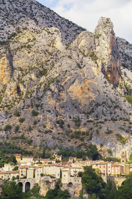Buildings below mountain, Moustiers-Sainte-Marie, Provence-Alpes-Cote d'Azur, France, Europe — Stock Photo