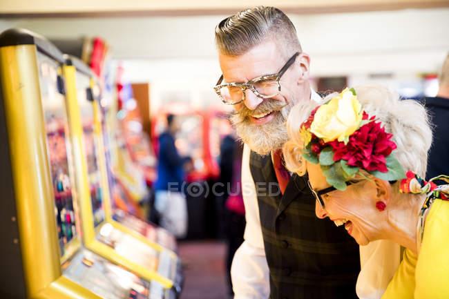 Paar vergnügt sich in Spielhalle, Burgund, England — Stockfoto