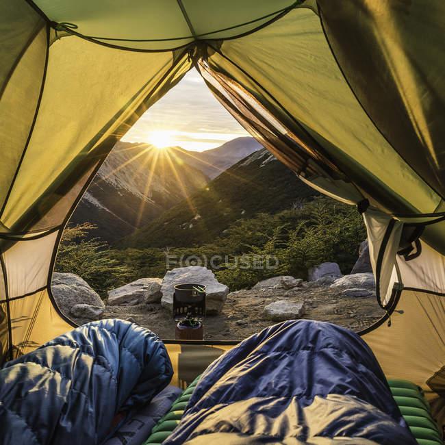 Vista da tenda aperta all'alba di montagna, Parco Nazionale Nahuel Huapi, Rio Negro, Argentina — Foto stock