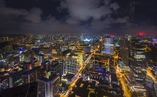 Angolo alto paesaggio urbano e luci della città di notte, Singapore, Sud Est asiatico — Foto stock