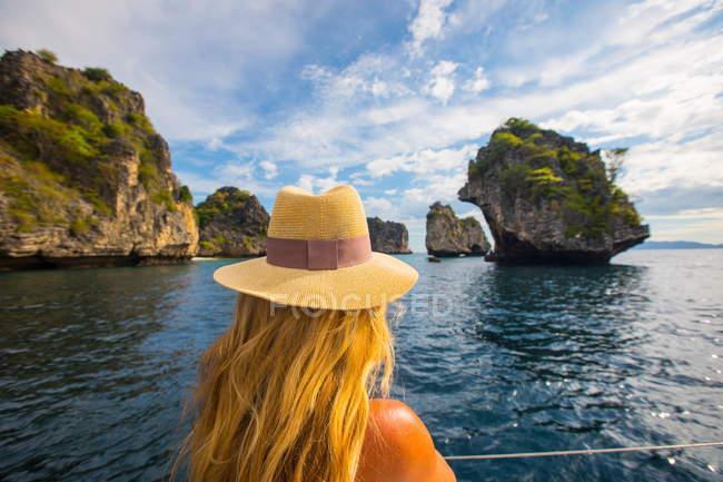 Vista de mulher olhando fora vista, Koh Li Ma, Tailândia, Ásia traseira — Fotografia de Stock