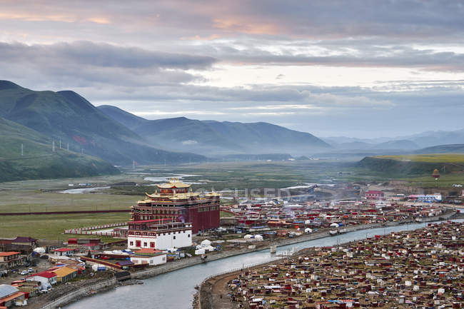 Elevated view of river and valley town, Baiyu, Sichuan, China — Stock Photo