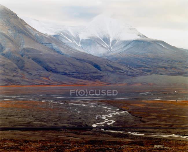 Живописный вид на величественные горы Арктики в пасмурный день — стоковое фото