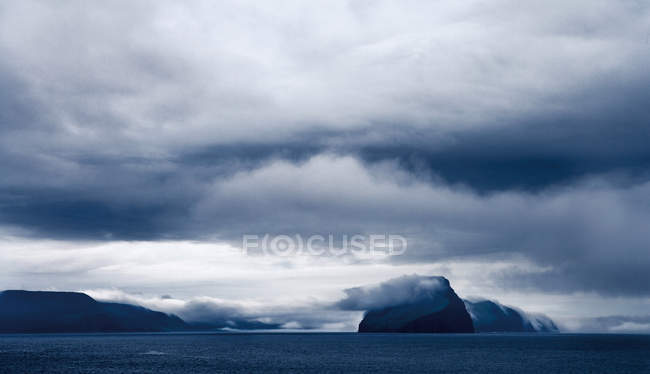 Scenic view of Stormy sky over still lake — Stock Photo