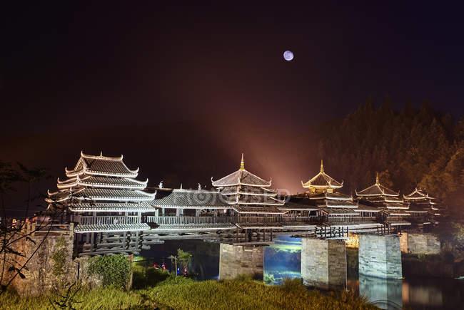 Chengyang Wind and Rain Bridge at night, Sanjiang, Guangxi, China — Stock Photo