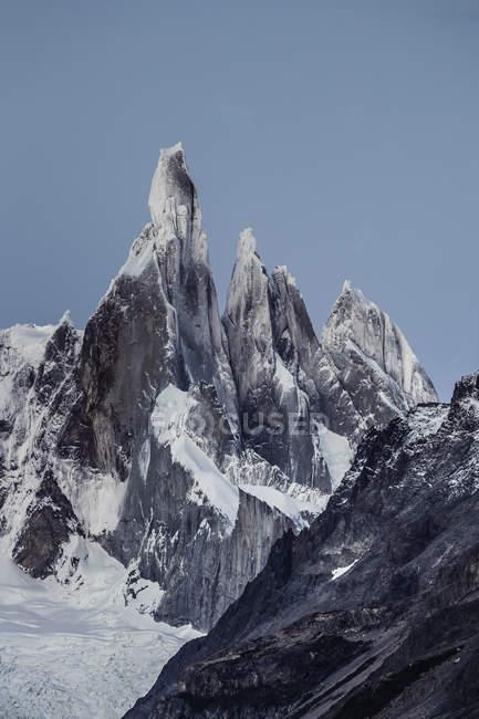 Синє небо над Серро Torre і Fitz Roy гірські хребти, Лос-Ґласіарес Національний парк, Патагонії, Аргентина — стокове фото