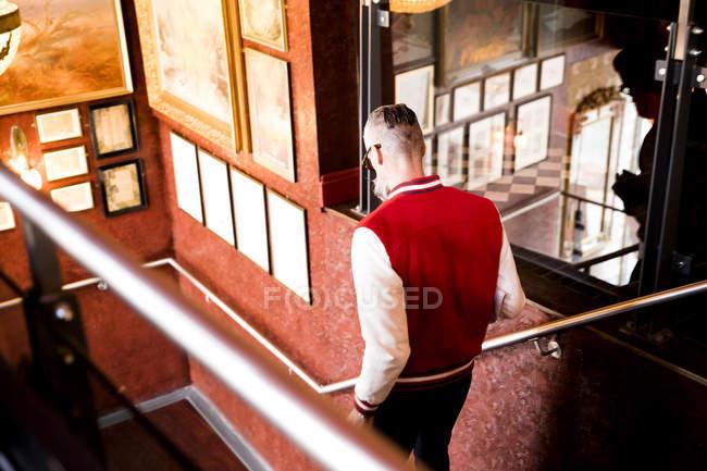 Людина йде вниз по сходах в м. бар і ресторан, Борнмут, Англія — стокове фото