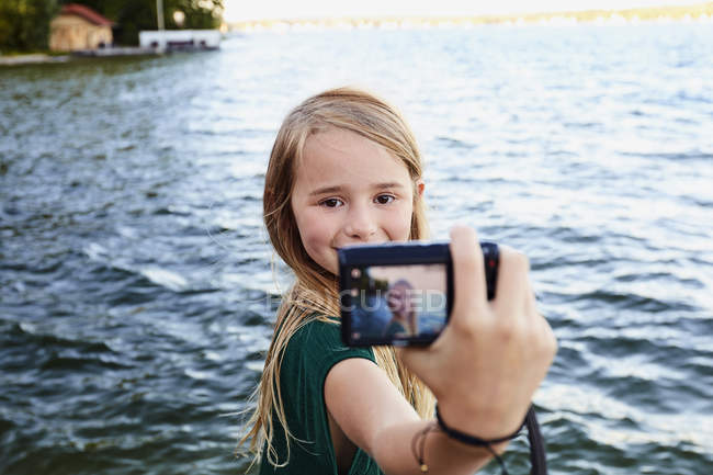 Mädchen nehmen Selfie Fluss — Stockfoto