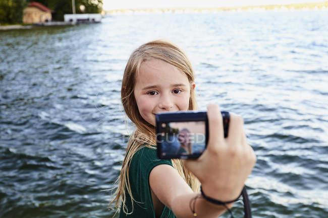 Jeune fille prise selfie de rivière — Photo de stock