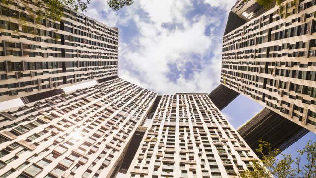 Inquadratura dal basso dei blocchi di appartamenti moderni, Singapore, sud-est asiatico — Foto stock