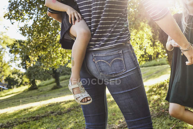 Mãe e filhas desfrutando de parque — Fotografia de Stock