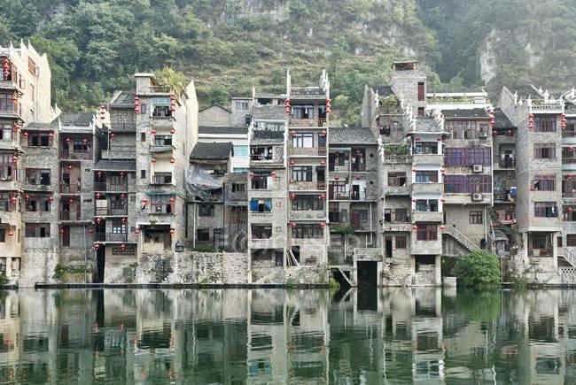 Waterfront cityscape, Zhenyuan, Guizhou, China — Stock Photo