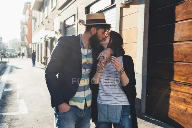 Романтична пара цілуються на сонячної вулиці — стокове фото