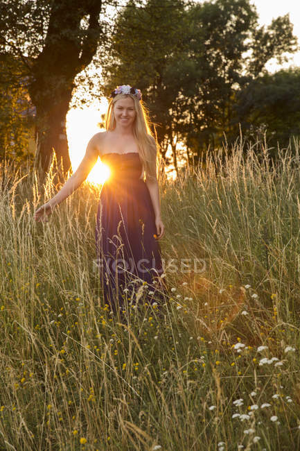 Woman in strapless dress in tall grass — Stock Photo