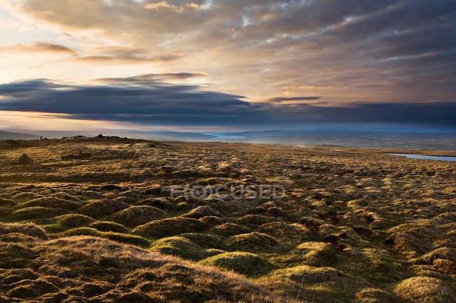 Paysage rocheux sous le beau ciel de traîne — Photo de stock