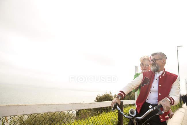 Verschrobenes Paar Sightseeing auf dem Tandemfahrrad, bürgerlich, england — Stockfoto