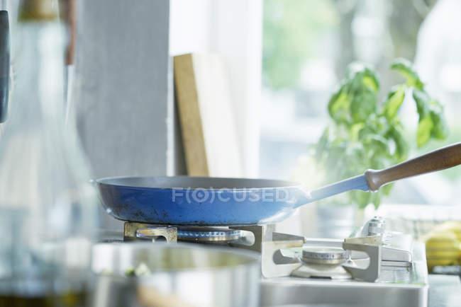 Синій сковороду на печі в кухні — стокове фото