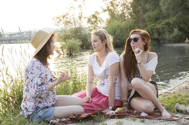 Drei Freundinnen entspannen am See — Stockfoto