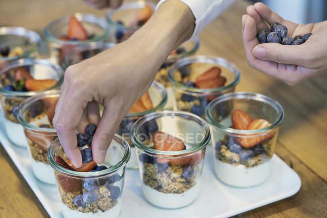 Cortada a imagem do Chef preparar sobremesas com mirtilos e morangos — Fotografia de Stock