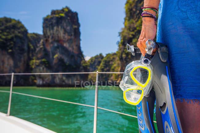 Recadrée vue de femme sur yacht tenant snorkel, Koh Hong, Thaïlande, Asie — Photo de stock