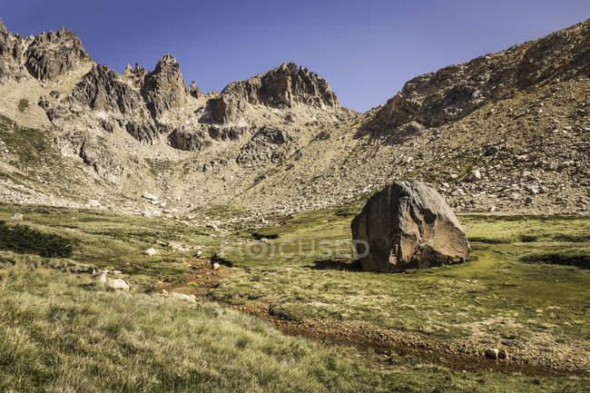 Paisaje con roca en valle montañoso, Parque Nacional Nahuel Huapi, Río Negro, Argentina - foto de stock