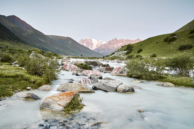 Pierre de Mani dans la rivière, Dege, Sichuan, Chine — Photo de stock