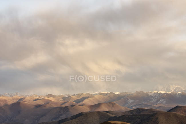 Vista de la montaña Gaoersi, Sichuan, China - foto de stock