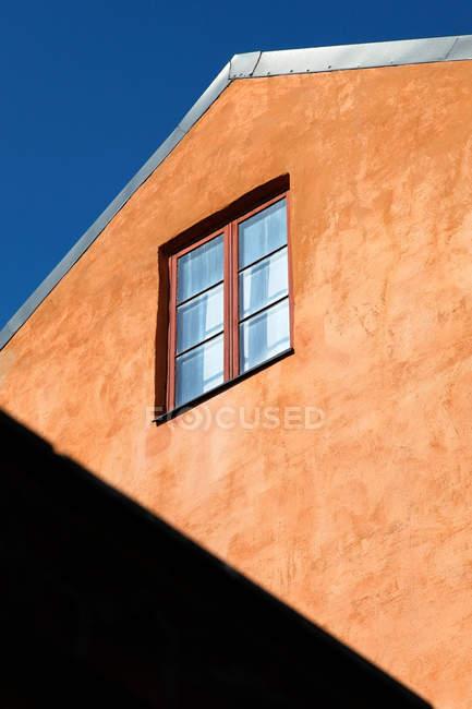 Blick auf Fenster und orangefarbene Wand — Stockfoto