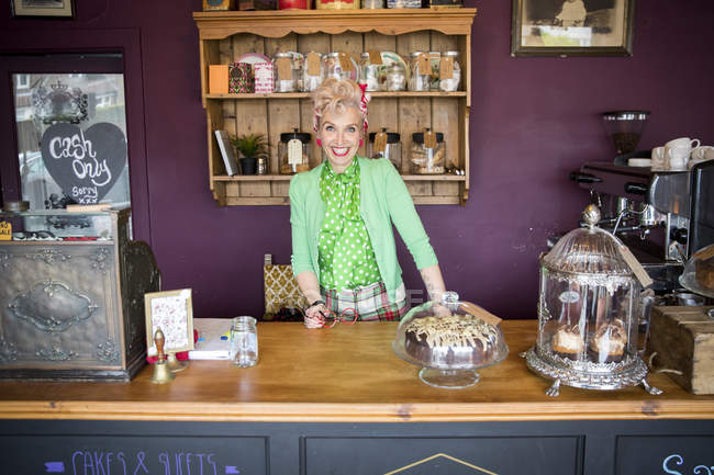 Портрет старинной зрелой женщины за стойкой в чайной — стоковое фото