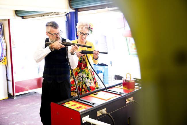 Причудливый пара наслаждаясь Тир в игровых автоматов, Борнмут, Англия — стоковое фото