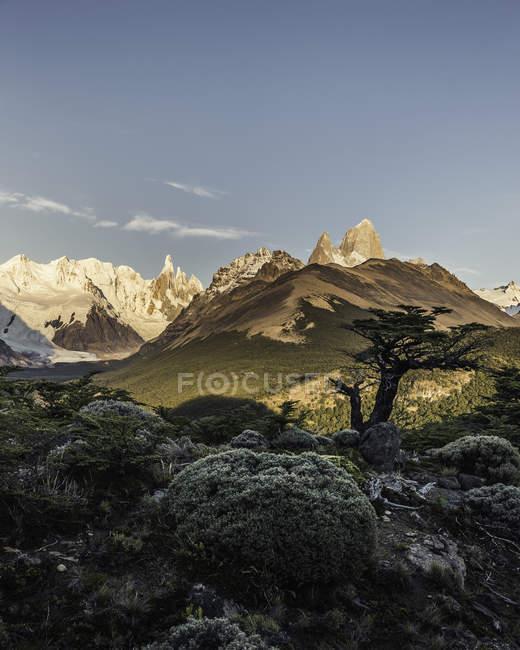 Fernsicht auf die Gebirgsketten des Cerro Torre und des fitz roy, den Nationalpark los glaciares, Patagonien, Argentinien — Stockfoto