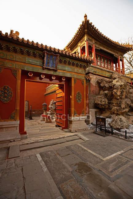 Старовинні дерев'яні ворота червоного кольору в Заборонене місто, Китай — стокове фото